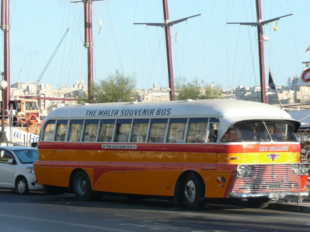 Původní maltský žlutý autobus, dnes už jen stánek se suvenýry